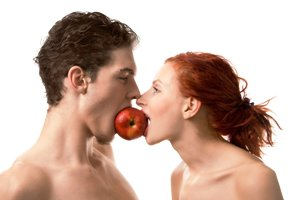 Couple-eating-apple